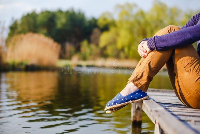 De voeten van de vrouw in tennisschoenen op aard stock foto's