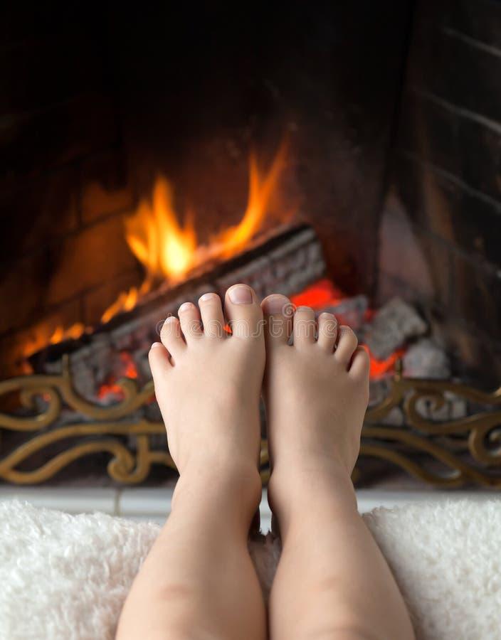 De voeten van kinderen worden verwarmd stock afbeelding