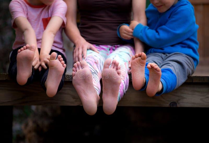 De voeten van vrouwen en van kinderen stock foto