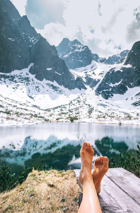 De voeten van de vrouwenreiziger zonder schoenen Ontspan tijd na gang beaut royalty-vrije stock afbeeldingen