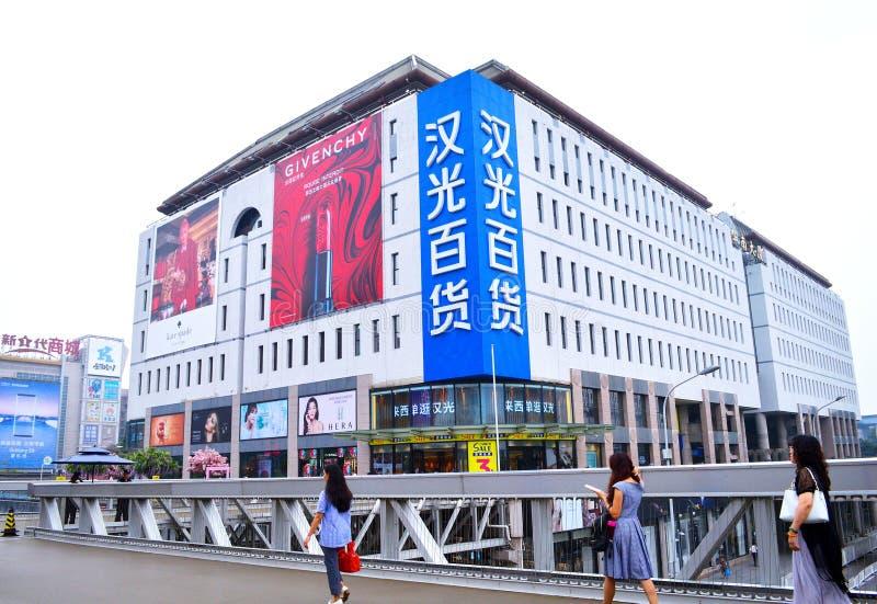 De voetgangers lopen voor het Warenhuis van Hanguang bij het centrale gebied van Peking Xidan royalty-vrije stock fotografie