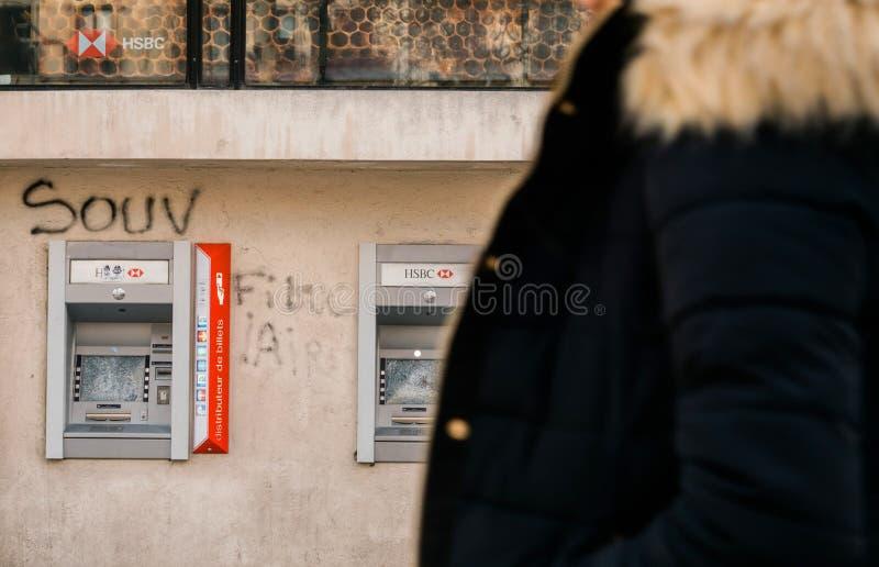 De voetgangers silhouetteren het lopen voor de bank van Champs Elysee HSBC royalty-vrije stock foto