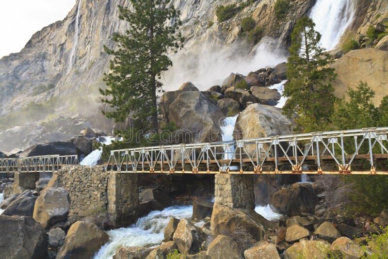 De Voetgangersbrug van de Dalingen van Wapama stock fotografie