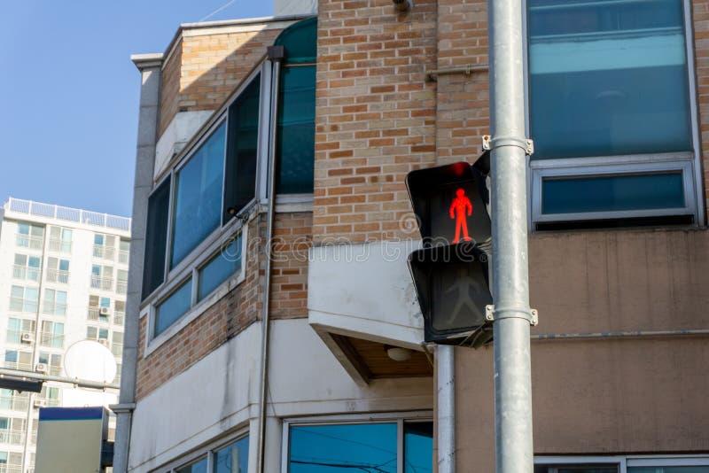 De voetgangersoversteekplaatslichten op de pool in de stad toont het rode bevindende mensensymbool royalty-vrije stock foto