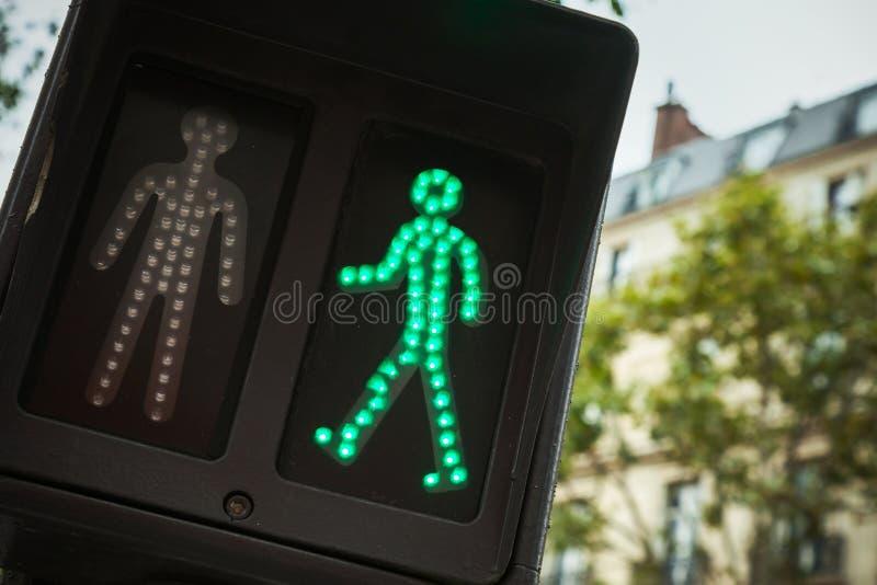 De voetgangersoversteekplaatsverkeerslichten tonen groen signaal royalty-vrije stock afbeelding