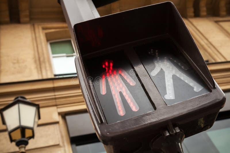 De voetgangersoversteekplaatsverkeerslichten tonen rood signaal stock afbeelding