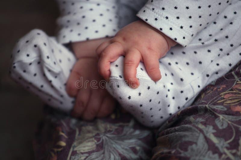De voetmoeder van het babymeisje royalty-vrije stock fotografie