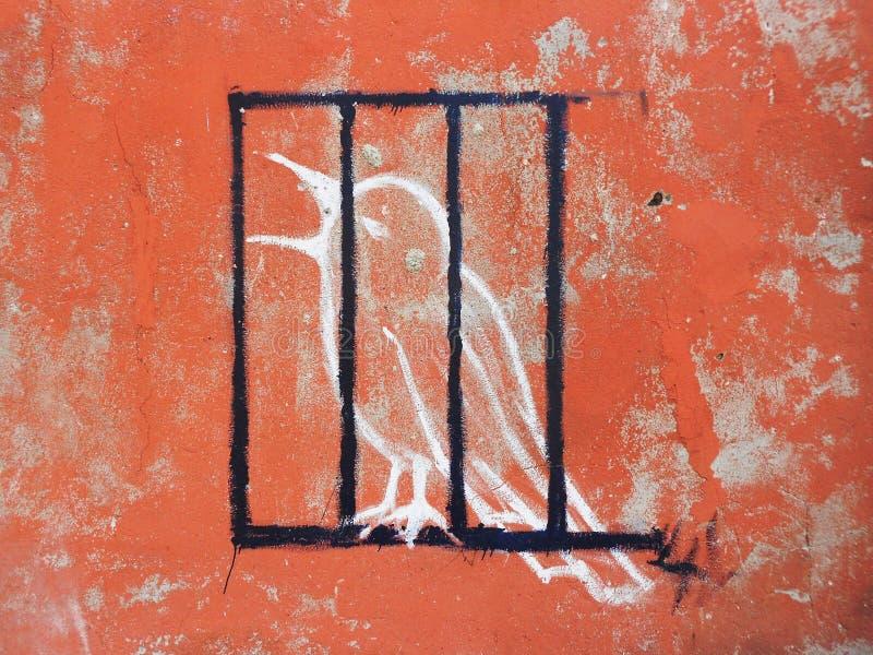 de vogel in een kooi, een Edirne, een muurkunst, een kleur en een ontwerp is groot, wat de naam bevat geen handtekening is royalty-vrije stock fotografie