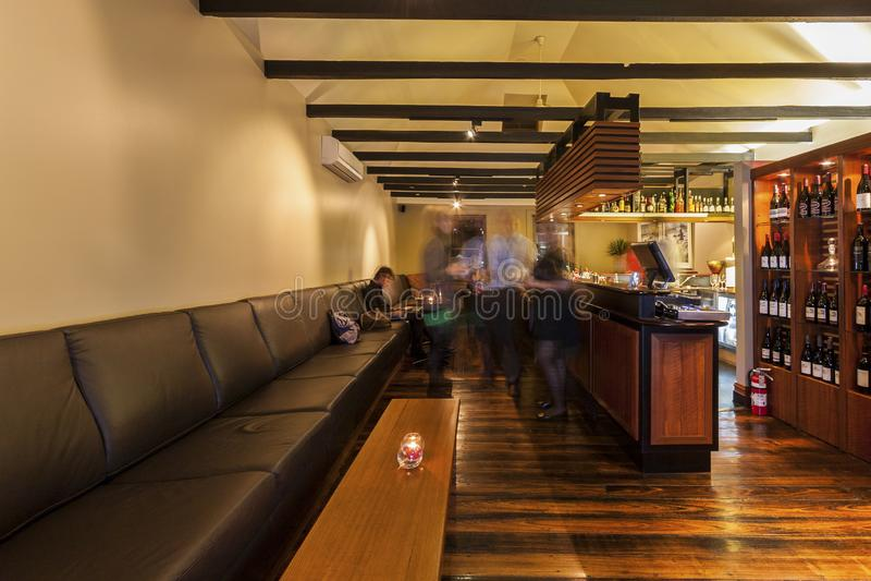 De volkeren genieten van dranken bij restaurant royalty-vrije stock afbeelding