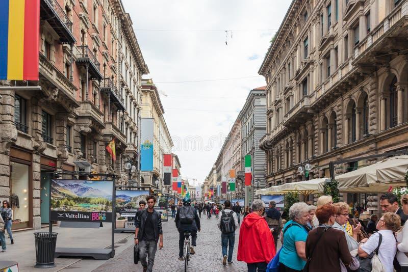 De volkeren lopen langs verfraaid Dante Avenue in Milaan royalty-vrije stock afbeeldingen
