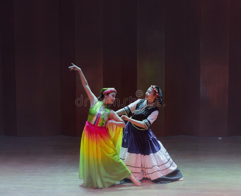 De volksdans van het dramaaxi sprong-Yi van de meisjes fluisteren-dans stock foto