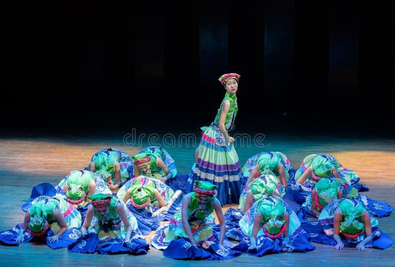 De volksdans van de Meisjes 2-Axi sprong-Yi van het Yikostuum stock foto's