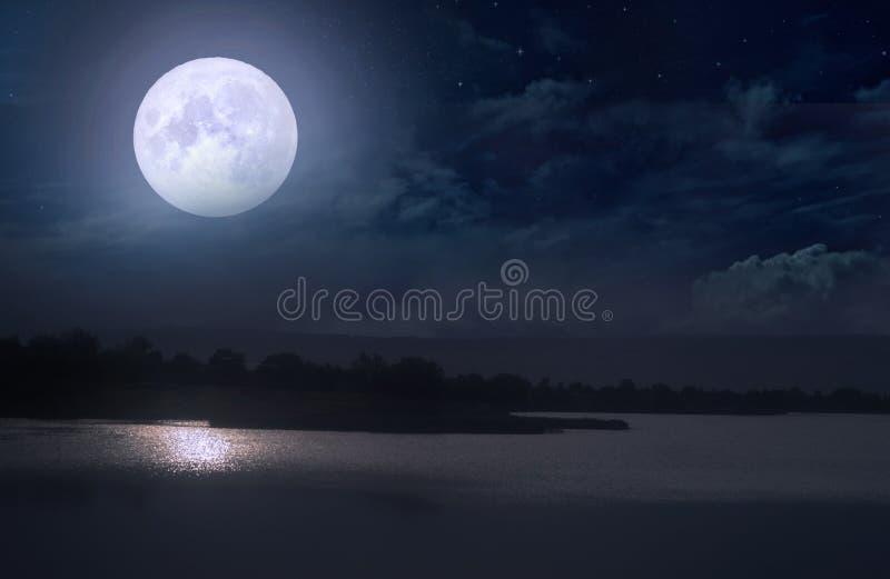 De volle maan boven een rivier royalty-vrije stock foto
