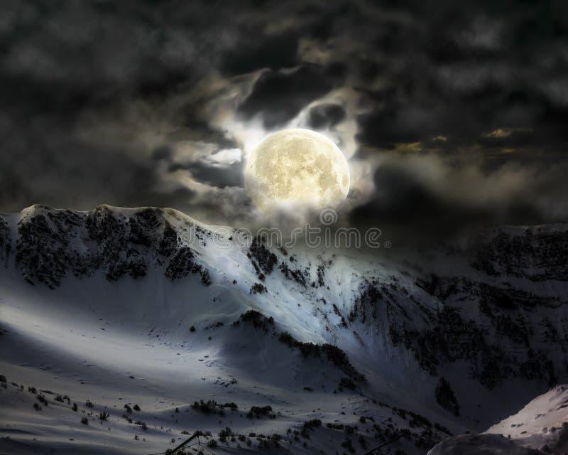 De volle maan in de hemel over de piek van de bergsneeuw royalty-vrije stock fotografie