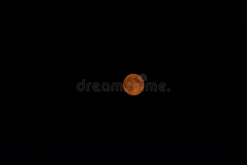 De volle maan glanst hoewel de rook royalty-vrije stock afbeeldingen