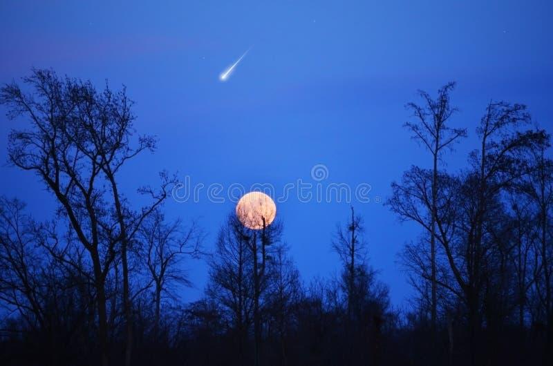 De Ster van Panstarr van de komeet in Blauwe Hemel, Volle maan stock afbeeldingen