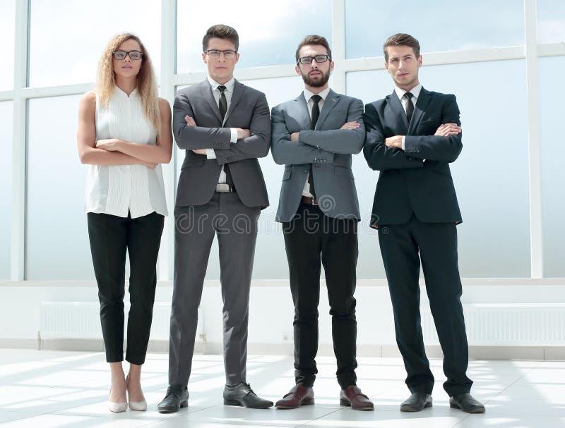 In de volledige groei Commercieel team die zich in het bureau bevinden royalty-vrije stock foto's