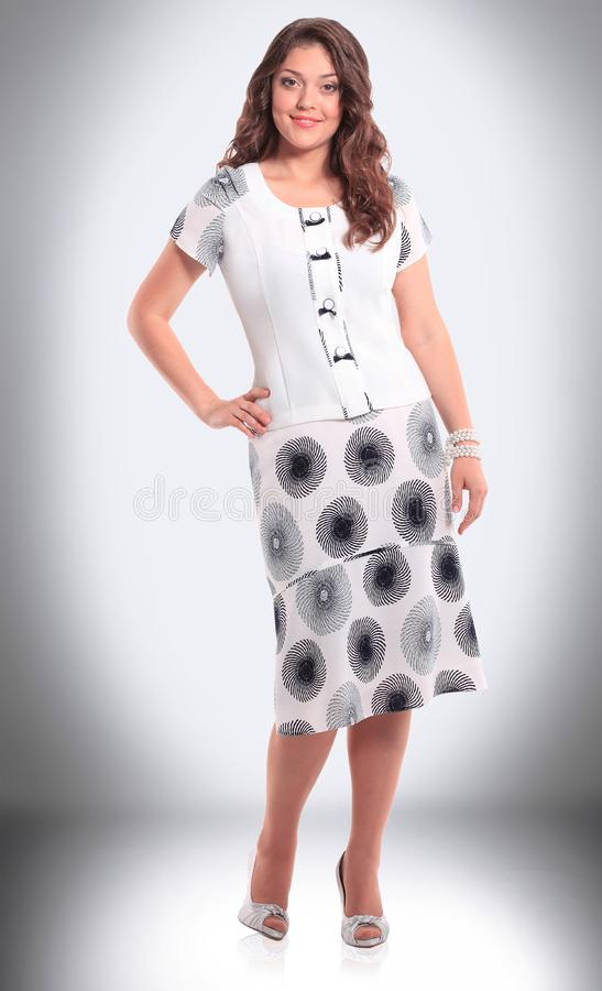 In de volledige groei een aantrekkelijke vrouw in een toevallig de zomerkostuum royalty-vrije stock afbeeldingen