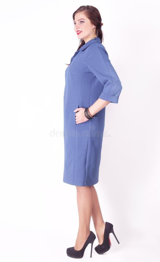 In de volledige groei modieus vrouwelijk model in de blauwe kleding Plus grootte royalty-vrije stock foto