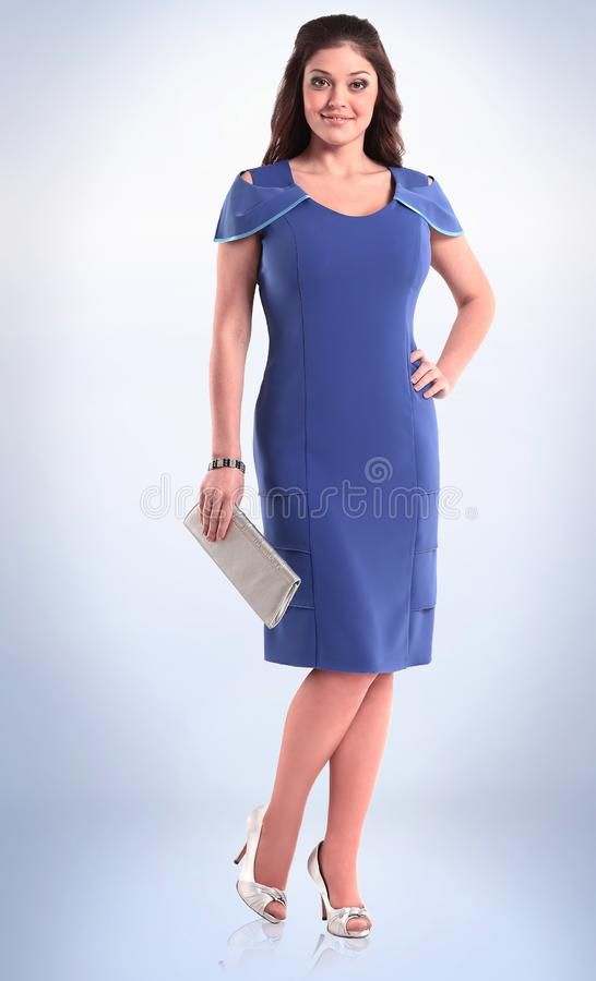In de volledige groei modieuze jonge vrouw in blauwe elegante kleding stock fotografie
