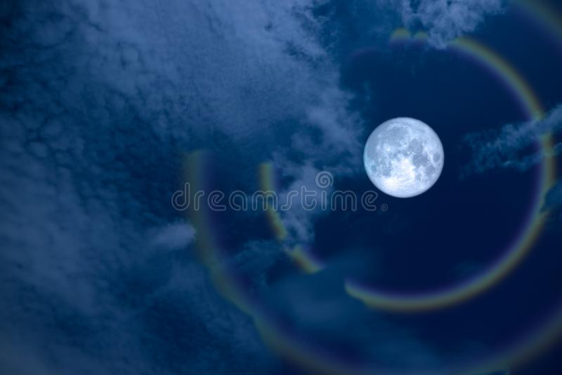de de volledige maan en regenboog van de bloemhalo op nachthemel stock afbeelding