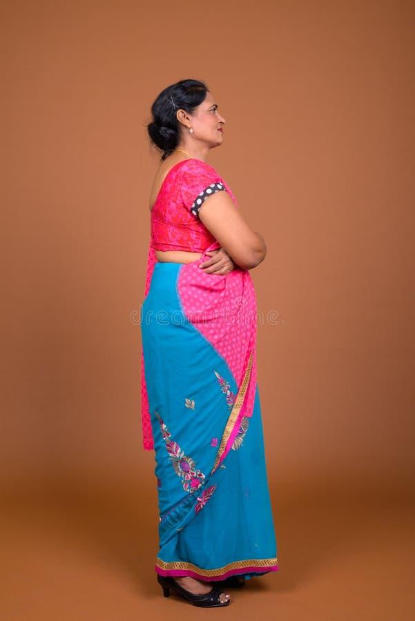 De volledige mening van het lengteprofiel van Indische vrouw die traditionele kleren dragen stock foto's