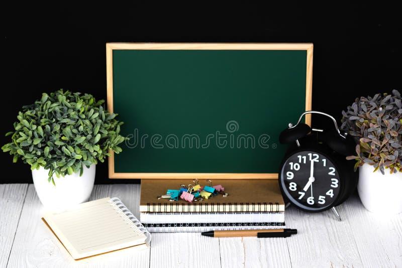 De volta à escola e o conceito da educação, quadro verde com a pilha do papel do caderno, artigos de papelaria ou fontes de escol fotografia de stock royalty free