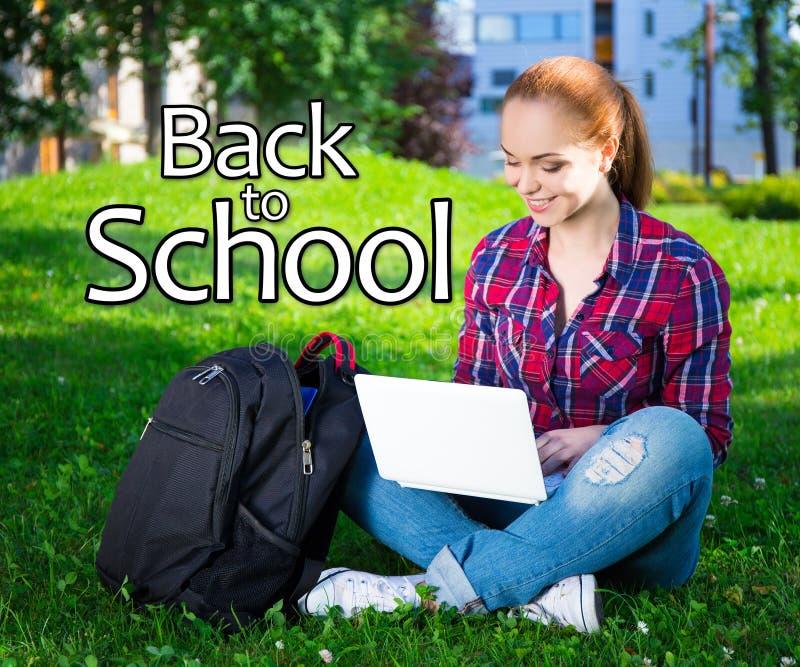 De volta à escola - estudante adolescente ou menina da escola que senta-se com regaço imagens de stock royalty free