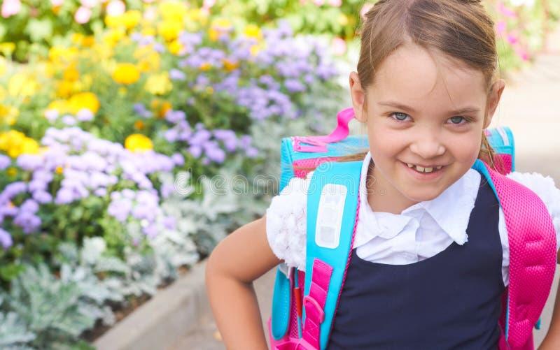 De volta à escola - estudante bonita na maneira à escola fotos de stock