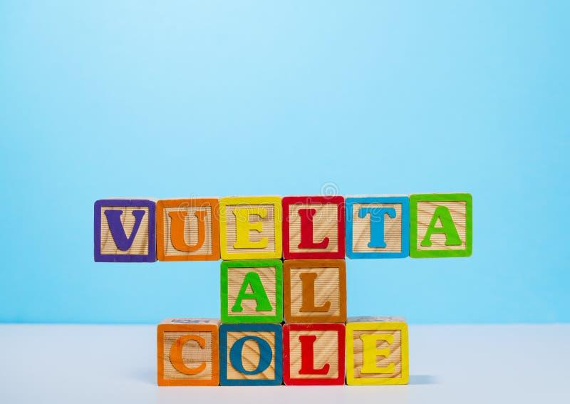 De volta à escola soletrada para fora na língua espanhola com blocos de madeira imagens de stock royalty free
