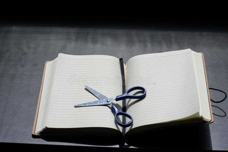 De volta ao bloco da nota da escola o caderno Scissors a prata de aço azul do metal foto de stock