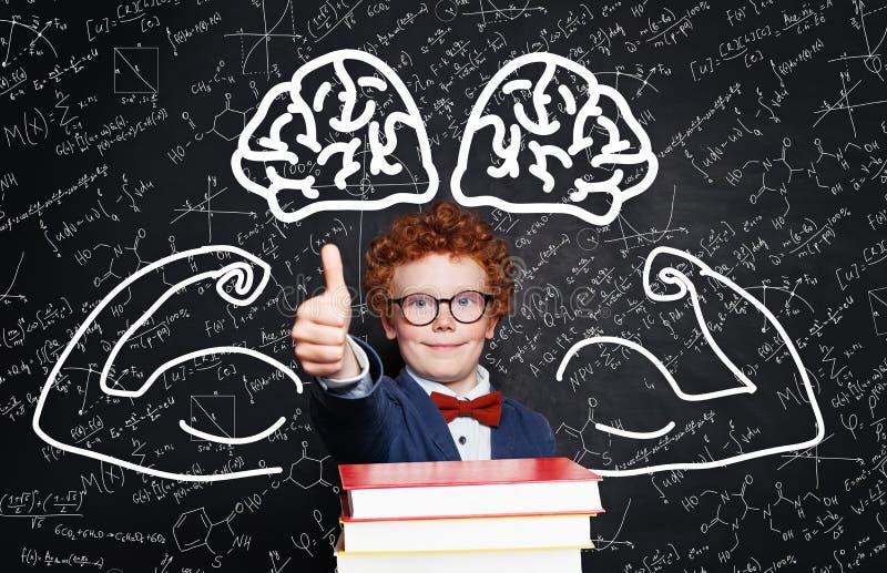 De volta ao conceito da escola com a criança esperta com polegar acima, livros e fórmulas da ciência imagens de stock royalty free