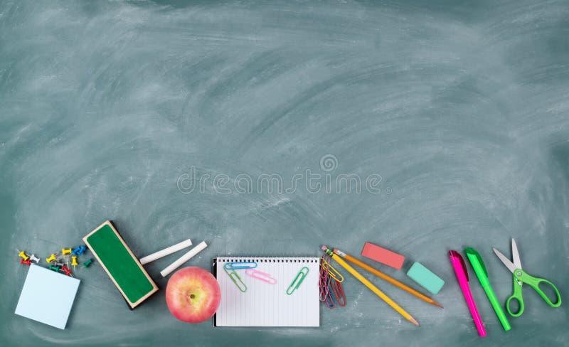 De volta ao conceito da escola com fontes verdes apagadas do quadro e do estudante fotografia de stock