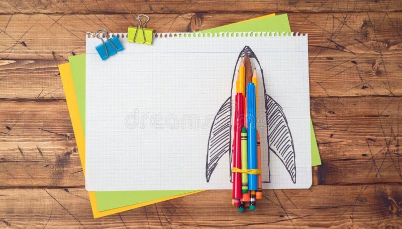 De volta ao conceito da escola com o foguete feito dos lápis imagem de stock