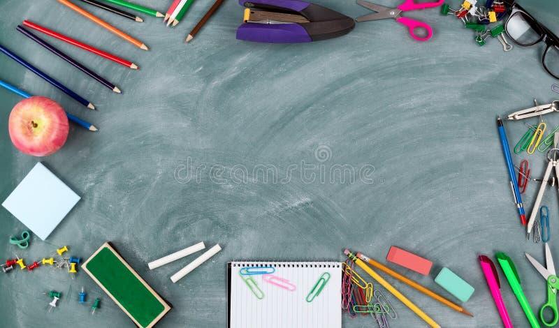 De volta ao conceito da escola com quadro verde e às uma variedade de fontes do estudante na beira do círculo imagens de stock royalty free