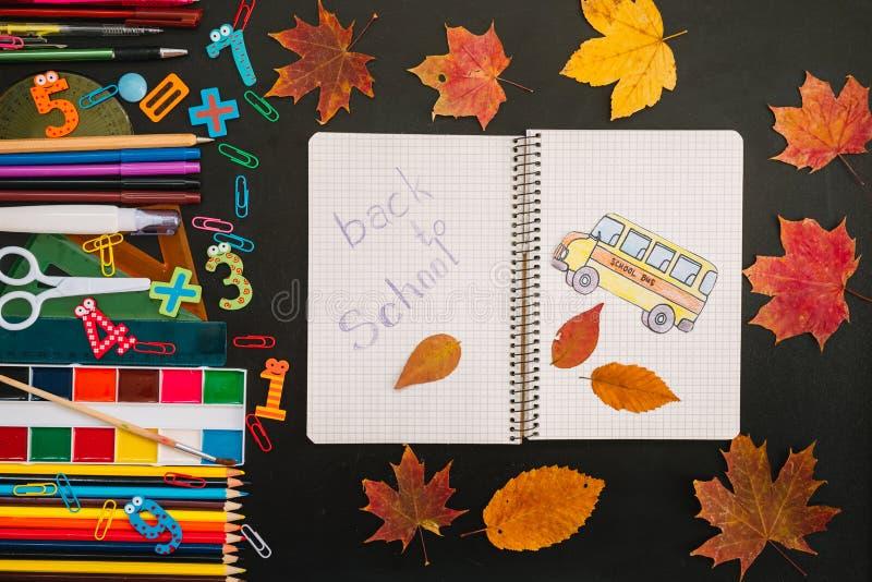 De volta ao conceito da escola Escola e materiais de escrit?rio no fundo do quadro-negro foto de stock