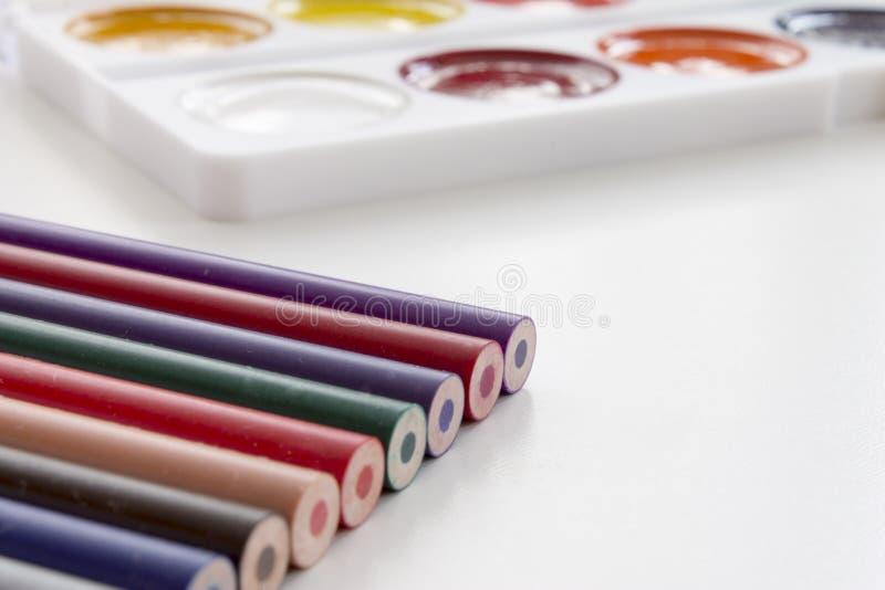 De volta ao conceito da escola Lápis coloridos com pintura no fundo imagens de stock
