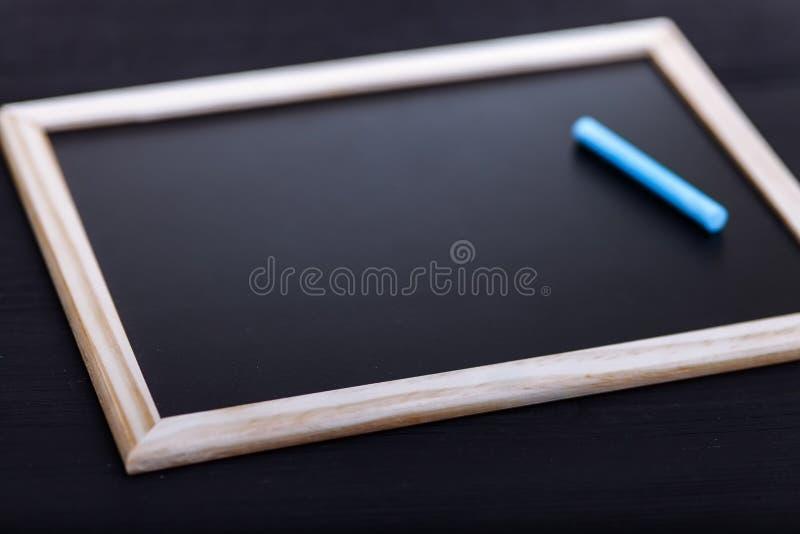 De volta ao conceito da escola, lápis coloridos na tabela preta, acessórios coloridos dos artigos de papelaria para a criança do  imagens de stock