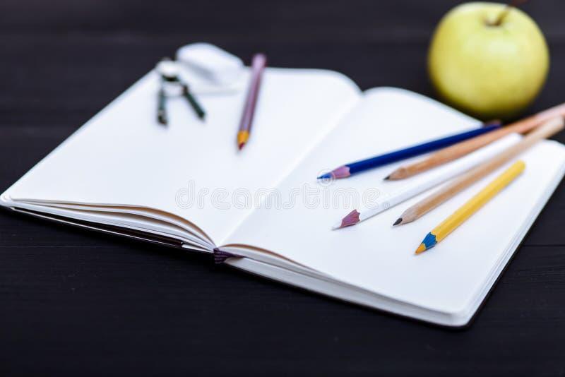 De volta ao conceito da escola, lápis coloridos na tabela preta, acessórios coloridos dos artigos de papelaria para a criança do  imagem de stock royalty free
