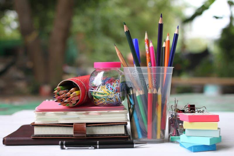 De volta ao conceito da escola Livros e fontes no assoalho de madeira branco fotografia de stock royalty free