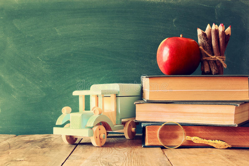 De volta ao conceito da escola Quadro-negro com livros imagens de stock royalty free