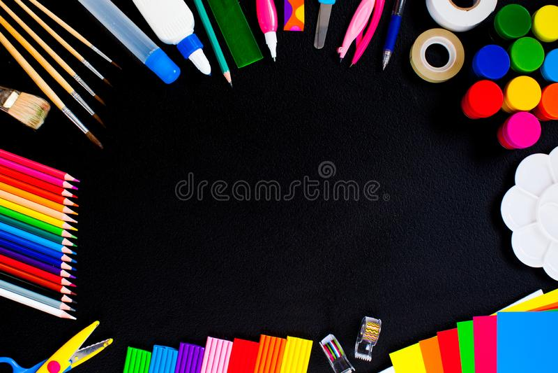 De volta ao conceito escolar em mesa negra fotos de stock royalty free