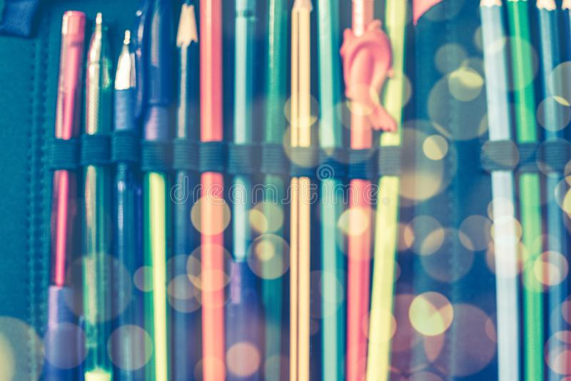 De volta ao concep da escola fundo borrado: caixa de lápis aberta da escola do close-up com penas e lápis com efeito do bokeh fotografia de stock royalty free