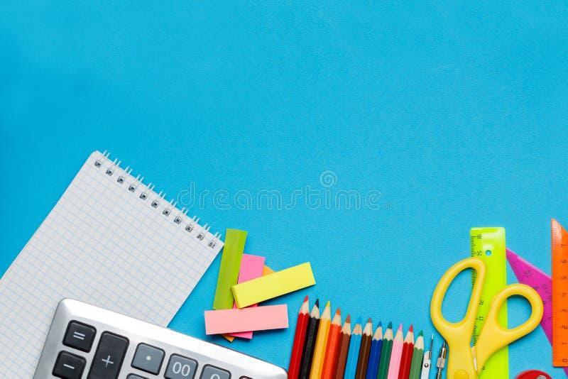 De volta ao fundo da escola com os acessórios para a sala de aula - pinturas, lápis, cadernos, livros, tesouras, giz, marcadores, fotografia de stock royalty free