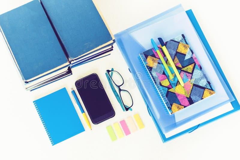De volta ao fundo da escola (EPS+JPG) Acessórios dos artigos de papelaria – cadernos, dobrador plástico, penas, etiquetas, vidros foto de stock royalty free