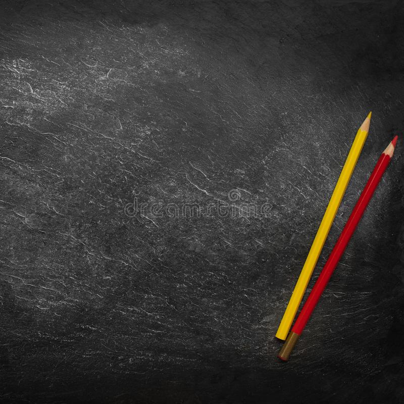 De volta ao fundo da escola (EPS+JPG) Quadro preto com lápis coloridos Configura??o lisa Copie o espa?o imagens de stock