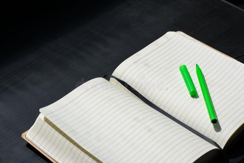 De volta ao marcador do verde do caderno de Noteblock da escola a cor nota o verão imagens de stock royalty free
