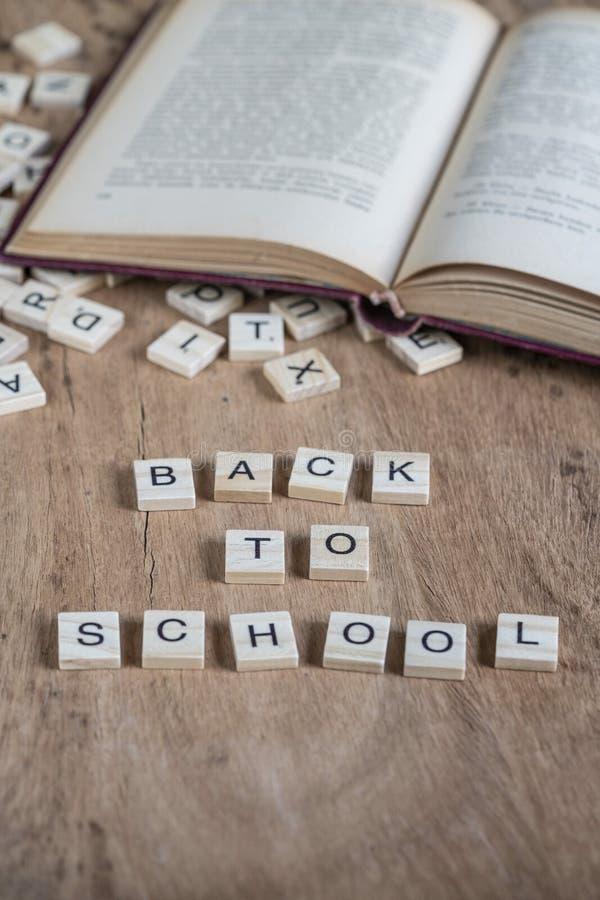 De volta ao molde da escola com letras do cubo e ao livro na tabela foto de stock royalty free