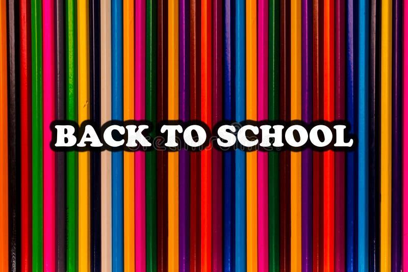 De volta ao texto de escola em lápis coloridos brilhantes imagens de stock royalty free