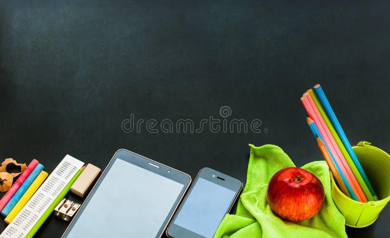 De volta aos dispositivos da escola os artigos de papelaria fornecem o conceito foto de stock royalty free